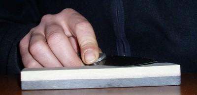 Tenue du couteau sur la pierre